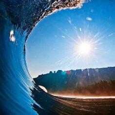 30 fotos tiradas dentro de ondas que farão você pensar em abandonar tudo para…