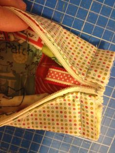 pitimini: Tutorial neceser Sewing Toys, Sewing Crafts, Sewing Projects, Bag Patterns To Sew, Sewing Patterns, Pillow Tutorial, Patchwork Bags, Cosmetic Pouch, Zipper Bags
