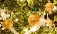 Kapotte kerstballen weggooien? Zonde! Een paar creatieve ideetjes om kapotte kerstdecoratie opnieuw te gebruiken en nieuwe dingen van te maken.