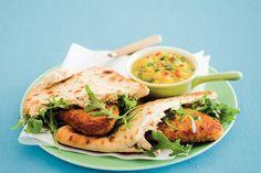 Kijk wat een lekker recept ik heb gevonden op Allerhande! Kip met houmous, naanbrood en mangosalsa