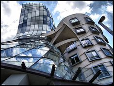 Dancing House in Prague, Architect Frank Gehry Frank Gehry, Chinese Architecture, Beautiful Architecture, Architecture Design, Prague Architecture, Organic Architecture, Famous Architects, Zaha Hadid Architects, Interesting Buildings