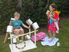 Speelgoed zelf maken. recycle, upcycle: maak je eigen drumstel. Goedkope knutsel tip van Speelgoedbank Amsterdam voor kinderen en ouders. Goedkoop knutselen.