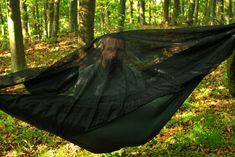 Pohodlný spánok v hamake pod korunami stromov nie je o nič menej sladký, ako pulzujúca krv po ktorej túžia rozvášnené komáre. Môže byť noc tmavá ako uhoľ a predsa si nájdu cestu, aby uhasili svoj smäd. Stačí však bariéra tenká ako pavučinka a s nepríjemnosťami je koniec. Či idete do lesa, na vlahé lúky alebo …