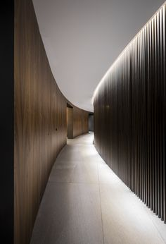 Curved corridor with wood-panelled walls, white ceiling and flushing light Light Architecture, Architecture Details, Interior Architecture, Curved Wood, Curved Walls, Corridor Lighting, Interior Lighting, Cove Lighting Ceiling, Indirect Lighting