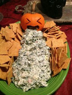 Tired of the usual pumpkin, spider webs, and all the usual Halloween stuff? Have fun preparing your Halloween tricks and treats and try some of these ideas, you'll never regret it. We've gathered more than 20 Halloween do-it-yourself ideas that& Bolo Halloween, Recetas Halloween, Halloween Goodies, Halloween Food For Party, Spooky Halloween, Halloween Decorations, Halloween Stuff, Scream Halloween, Halloween Costumes