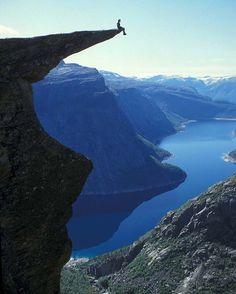 """O destino vale muito já a foto só para os mais guerreiros que não se preocupam em olhar pra baixo. A #DicadeViagem Trippics te leva para Trolltunga na #Noruega: ________________________________________________ """"Milhares de #turistas e #noruegueses encaram os 22km de #trilha ida-e-volta para tirar uma #foto corajosa na beiradinha de #Trolltunga que está a aproximadamente 1.200m de #altitude. Trolltunga está localizada a 17km de #Odda a #cidade mais próxima e mais interessante para que você…"""