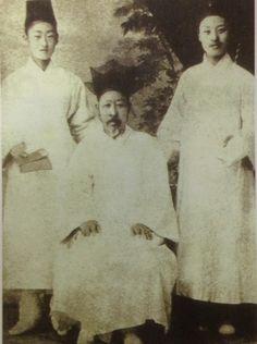 ▲이승만(오른쪽)과 아버지 이경선. 왼쪽은 이승만 친구 김홍서. 이 사진은 이승만이 배재학당에 입학하기 전인 만 18세때(1893년)에 찍은 것으로 상투를 자르지 않았다.