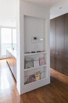 キッチンとスタディルームの間の壁。壁面を利用したマガジンラックは使い勝手がよい。
