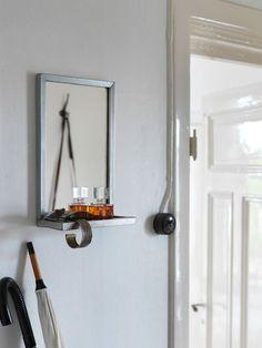 Un miroir avec tablette en acier galvanisé de la nouvelle collectioN Ryssby d'Ikea