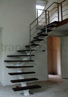 Rechte middenboomtrap met houten treden moderne trap stalen middenboom middenboom trappen - Moderne trap kwartslag ...