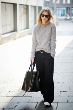 Pullover, weite schwarze Hose Grauer Pullover, weite schwarze Hose Grauer Pullover, weite schwarze Hose NEW Loose Black Pants / Wide Leg Pants /Extravagant Trousers Fashion Mode, Look Fashion, Street Fashion, Winter Fashion, Fashion Trends, Weekend Fashion, Trendy Fashion, Luxury Fashion, City Fashion