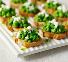 Pea and feta toasts Put the defrosted peas, yogurt, chopped mint, lemon zest and juice and some seasoning in a bowl. Mash well with a potato masher. Divide the pea mixture between the toasts, then scatter a little feta Healthy Appetizers, Appetizers For Party, Appetizer Dips, Appetizer Recipes, Healthy Dishes, Healthy Eats, Bbc Good Food Recipes, Mexican Food Recipes, Cooking Recipes