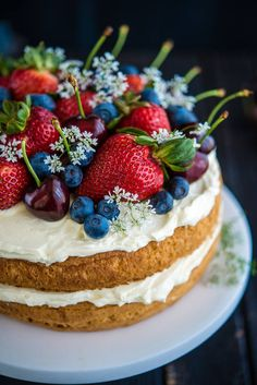 Layered sponge cake with berries and flowers