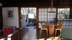 こちらはダイニングスペース。ダイニングテーブルは前川氏自身のデザインで、椅子は水之江忠臣がデザインしたもの。もともと自邸においてあった家具は、ダイニングテーブル以外は、前川氏が自身でセレクトしたものだそうです。移築されたこちらの自邸にあるものは、「江戸東京たてもの園」がオリジナルをもとに復元しました。