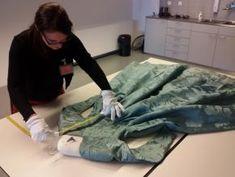 Costumière Corina van der Linden onderzoekt een 18de eeuwse japon van het Amsterdam Museum. Foto: Judith van Amelsvoort.