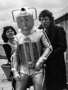 February Tom Baker as the new Dr Who for the popular BBC tv children's series. He is shown here with a Cyberman and his assistant Sarah Jane Smith, played by Elisabeth Sladen, at the BBC television centre. (Photo by Frank Barratt/Keystone/Getty Images Sarah Jane Smith, Dr Sarah, Doctor Who Assistants, 4th Doctor, Classic Doctor Who, Bbc Tv, Classic Tv, Dr Who, Science Fiction