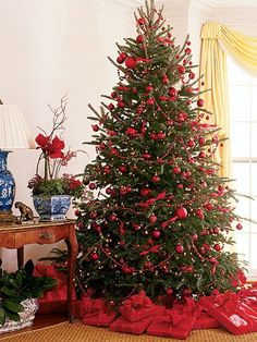 Just look at that tree! Opt for a traditional Christmas color scheme this holiday season & decorate your Christmas tree w/ festive & bright red decorations!