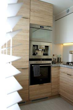 biel ocieplona drewnem. Aż trudno uwierzyć, że tak może wyglądać kuchnia w bloku z wielkiej płyty. Jeszcze tylko kilka dodatków czeka na swoje miejsce...