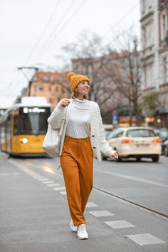 outfit-gelb-berlin-blogger-modeblog-fashionblog-tram-1 Fashion Weeks, German Fashion, Fashion Bloggers, Lifestyle Blog, Berlin, Normcore, Inspiration, Ideas, Nice Outfits