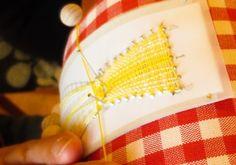 お母様にチェコの「ガラスボタンを使った便利なリボン」の試し編みをしていただいています。初めておみえになって、8ペアの縦糸をきれいに揃えて編んでいらっしゃいます。驚きました。(ゆ)20140929