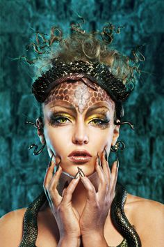Gorgon medusa in dungeon. Young woman with creative fantasy hairstyle and make up Medusa Halloween Costume, Halloween Kostüm, Halloween Makeup, Halloween Mermaid, Fantasy Hair, Fantasy Makeup, Medusa Makeup, Medusa Costume Makeup, Mythological Monsters