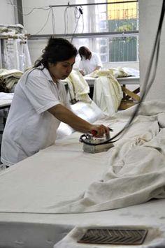 Sala de acabamento na fábrica Casa Mineira, que possui fabricação própria de colchas, cortinas, almofadas personalizadas.