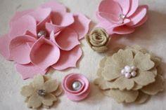 Artesanato Viviane Magalhães: Flores rosas e laços em feltro