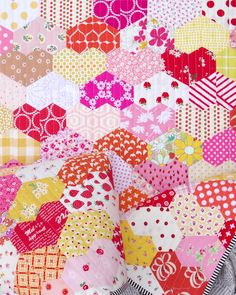Warm Hearted Quilt - English Paper Piecing | © Red Pepper Quilts 2020 #englishpaperpiecing #patchworkquilt Patchwork Quilt, Lap Quilts, Hexagon Quilt, Hexagons, Quilting Tips, Machine Quilting, Quilting Projects, Colorful Quilts, How To Finish A Quilt