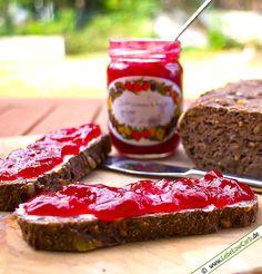 Super leckeres Johannisbeergelee ohne Zucker! Wir verwenden statt dessen Gelier-Xucker. Gelier-Xucker und viele andere Low Carb Produkte findet Ihr in unserem Shop unter http://www.foodonauten.de/produkte/suessungsmittel/gelier-xucker-31-1kg/