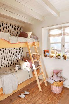 Habitación infantil en casa de montaña con litera y papel pintado_404345