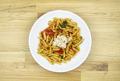 Penne con albahaca, tomate y queso de cabra Penne, Waffles, Spaghetti, Good Food, Cooking, Breakfast, Ethnic Recipes, Tomato Basil, Goat Cheese