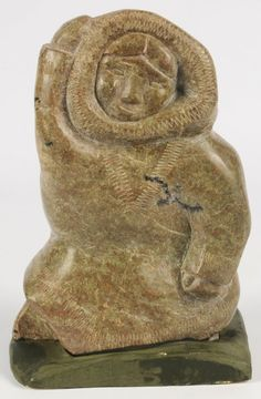 AN INUIT SOAPSTONE SCULPTURE OF FIGURE IN PARKA : Lot 54