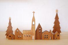 教会のある街並にクリスマスツリーをセットにしました。教会はオーク他はチーク材を使っています。ツリーの星はメープル全部で6種類とツリー大小2種類をセットにしまし...|ハンドメイド、手作り、手仕事品の通販・販売・購入ならCreema。