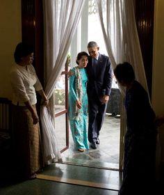 November 14, 2014 Zusammen mit der Friedensnobelpreisträgerin Aung San Suu Kyi geht der Präsident in ihr Haus in Burma zur gemeinsamen Pressekonferenz http://www.bild.de/politik/ausland/barack-obama/hinter-den-kulissen-der-macht-39184478.bild.html