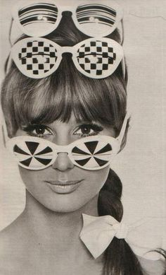 Possibly Courreges. Black and white op art sunnies. Sixties Fashion, Mod Fashion, Teen Fashion, Vintage Fashion, Runway Fashion, Fashion Trends, Retro Vintage, Vintage Looks, Style Année 60