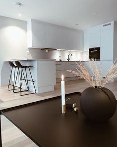 Skandinavisk minimalisme kjøkken, les hjemmereportasje fra Synnøve her: New Kitchen Inspiration, Kitchen Room Design, House Design, Interior, Table, Furniture, Design Ideas, Home Decor, Minimalism