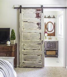 cuartos de baño pequeños, puerta vintage en blanco y marrón, muebles de madera