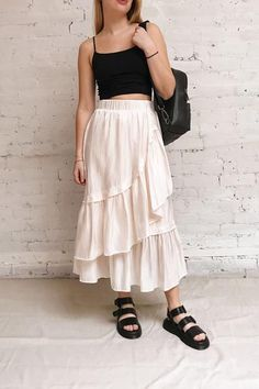 This mid-length silky skirt will make your reveal your romantic side! Mid Length Skirts, Inspiration Mode, Small Waist, Mi Long, Short, No Frills, Soft Fabrics, Elastic Waist, Midi Skirt