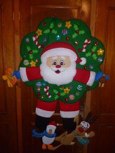 # 601 CORONA DE SANTA COLGADO CON AMIGOS Felt Christmas Stockings, Felt Christmas Ornaments, Christmas Art, Christmas Projects, Christmas Humor, Christmas Decorations, Holiday Decor, Felt Crafts, Diy Crafts