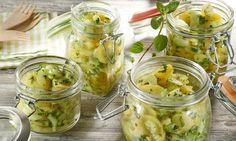 Ein veganer Kartoffelsalat mit Staudensellerie, Gurken und Frühlingszwiebeln