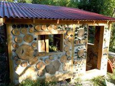corwood shed/small cabin. Natural Building, Green Building, Cabins In The Woods, House In The Woods, Cabana, Cordwood Homes, Rammed Earth Homes, Art Shed, Lake Cabins