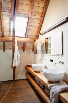 living4media - waschschüsseln auf offenem holzunterschrank in modernem bad im dachgeschoss