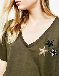 Stars V-neck T-shirt. Discover this and many more items in Bershka with new products every week, Stars V-neck T-shirt Stars V-neck T-shirt. Discover this and many more items in Bershka with new products every week. Embroidery On Clothes, Embroidery Dress, Diy Fashion, Fashion Outfits, Sewing Shirts, Western Wear For Women, Fashion Graphic, Refashion, Diy Clothes