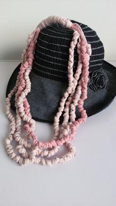 Collana di fettuccia annodata di cotone elasticizzato multifilo in due tonalità di rosa - Sciarpa gioiello romantico in tessuto riciclato