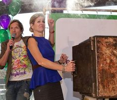 Máxima de Holanda enseña a los niños a utilizar el dinero de forma responsable