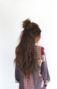 Le demi bun sur cheveux longs