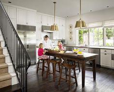<em>Высокий деревянный стол с барными табуретками</em>