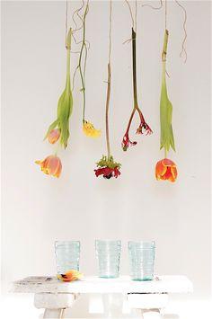 alter Holzschemel mit Blumenschmuck by boheme-living.com