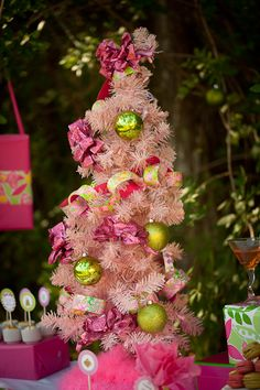 Preppy pink & green Christmas tree #LillyHoliday