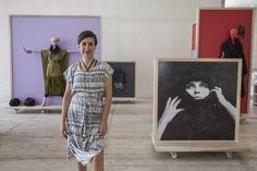 La diseñadora Carla Fernández en su muestra en el Museo Jumex.
